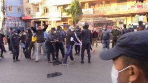 बुटवलः अर्थमन्त्री पौडेललाई कालो झण्डा  देखाउँदै काँग्रेस कार्यकर्ताले गरे प्रदर्शन