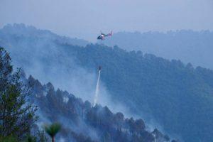 शिवपुरी जङ्गलमा लागेको आगो नियन्त्रण गर्न हेलिकोप्टरबाट पानी हालियो